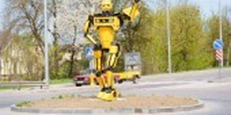 Фігуру робота-трансформера встановили на в'їзді до Вінниці