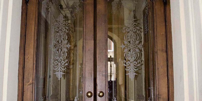 У Львові відреставрували історичні двері-віяло. ФОТО ДО/ПІСЛЯ