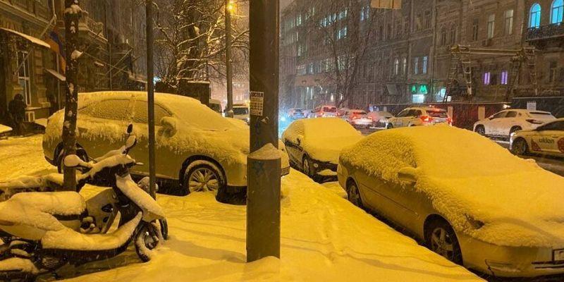 Киев парализовал масштабный снегопад: фото, видео