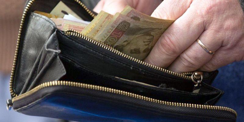 Пенсии перестанут доставлять через «Укрпочту»: всех пенсионеров переведут на карточки
