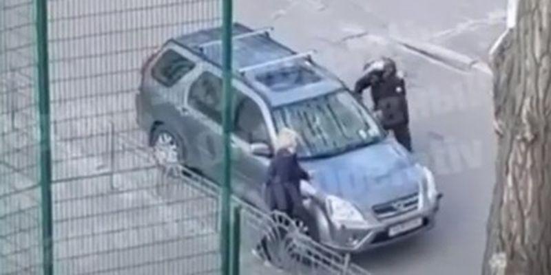 """В Киеве мотоциклист и водитель авто устроили """"дикие"""" разборки на дороге: видео"""