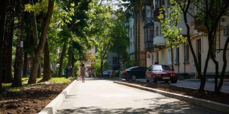 У Чернівцях завершують ремонт міжбудинкового проїзду на Руській