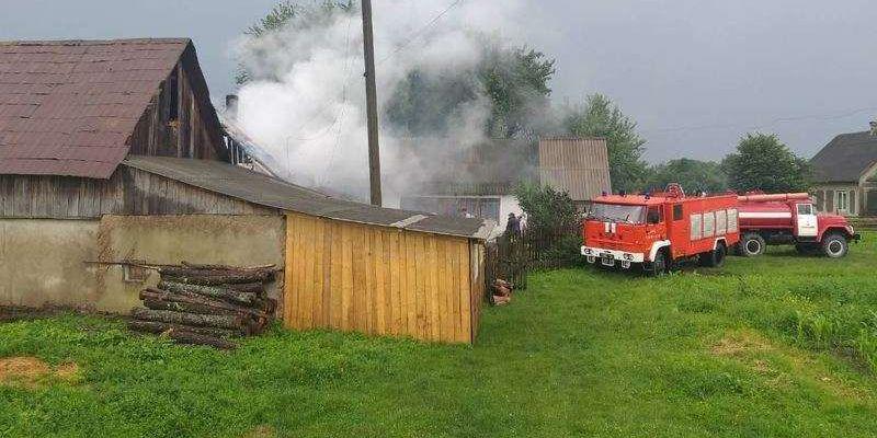 На Сторожинеччині від удару блискавки загорілись будинок та гараж