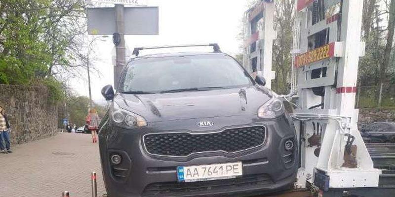 «Героїв паркування» не меншає: скільки автівок забрали з вулиць Києва у квітні