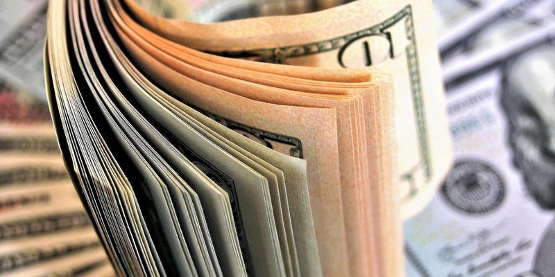 Валюта подешевела перед Пасхой. Курс доллара и евро в обменниках