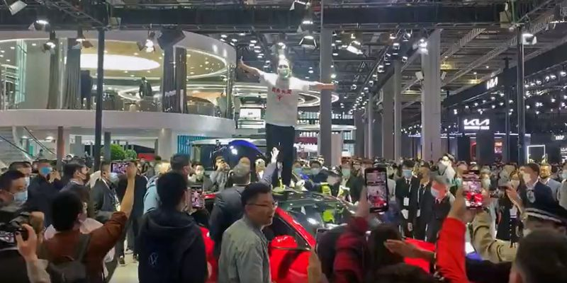 В Шанхае женщина с крыши Tesla протестовала против неисправных тормозов в ее Model 3