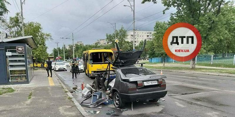 У Києві Mercedes влетів у маршрутку: легковик зім'яло – відео з місця ДТП