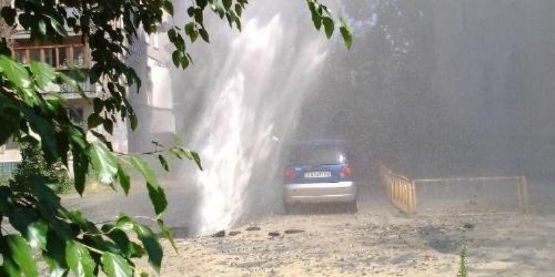 После прорыва трубы на Березняках в Киеве в доме выбиты окна, повреждены автомобили