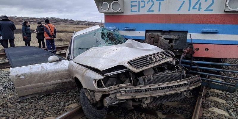 Поезд смял авто на Донетчине: пострадавшим пассажирам помогали бойцы ВСУ