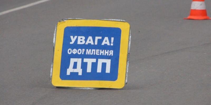 В Киеве не поделили дорогу легковушка, фура и троллейбус