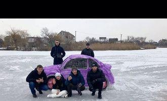 В Украине из снега создали авто веселой расцветки: фото и видео