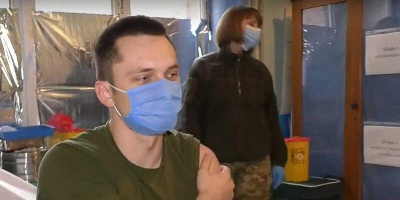 Як у зоні ООС проходить вакцинація армійців – сюжет