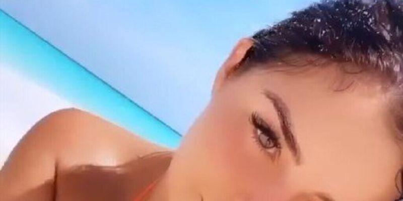 Лежала на песке: Деми Роуз показала соблазнительное фото в оранжевом бикини