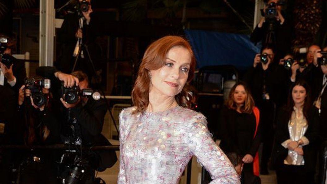 Ізабель Юппер підкреслила тонку талію платтям Armani Privе