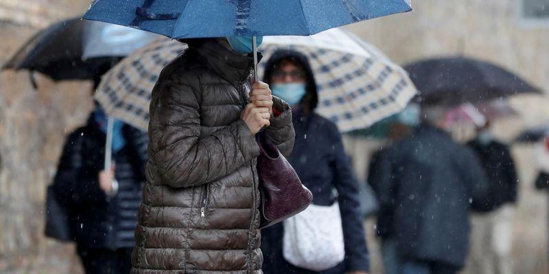 Будьте осторожны: на Киев надвигается гроза и шквалы