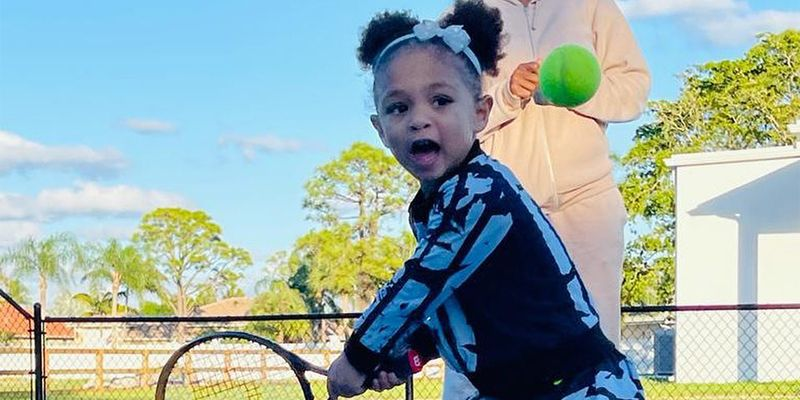 Смотрите, 3-летняя дочь Серены Уильямс уже сама играет в теннис