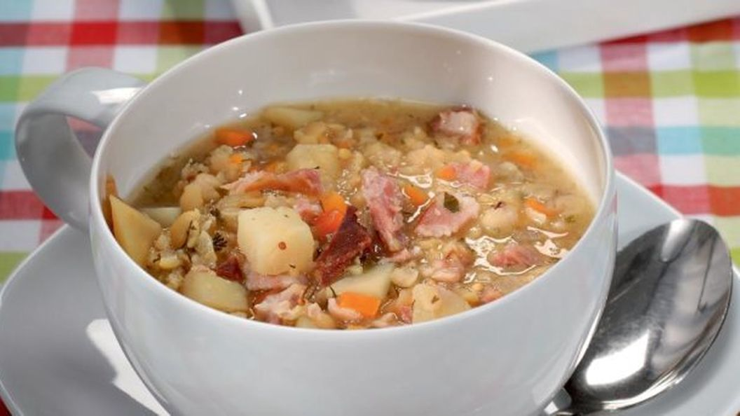 Вкусный обед: гороховый суп с копчеными ребрышками