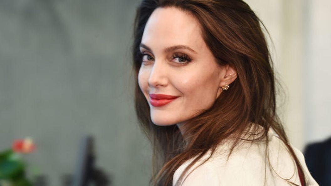 В белом полупрозрачном платье: Анжелина Джоли прогулялась с дочерью по улицам Лос-Анджелеса