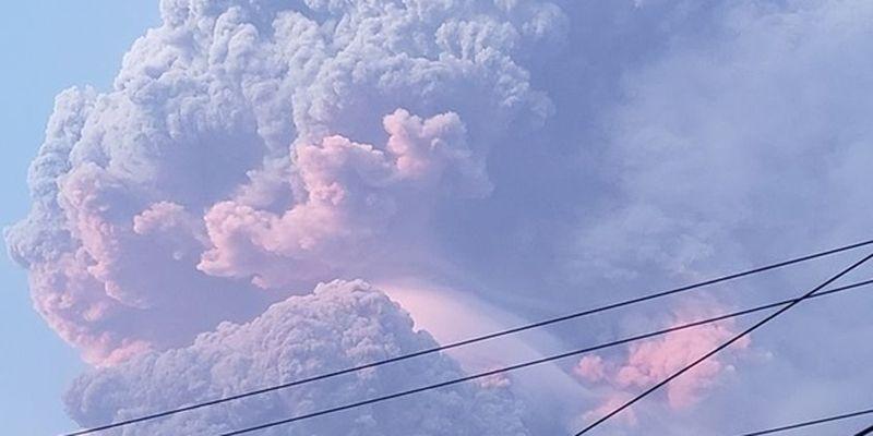 На острове Сент-Винсент извергается вулкан, эвакуируют тысячи людей