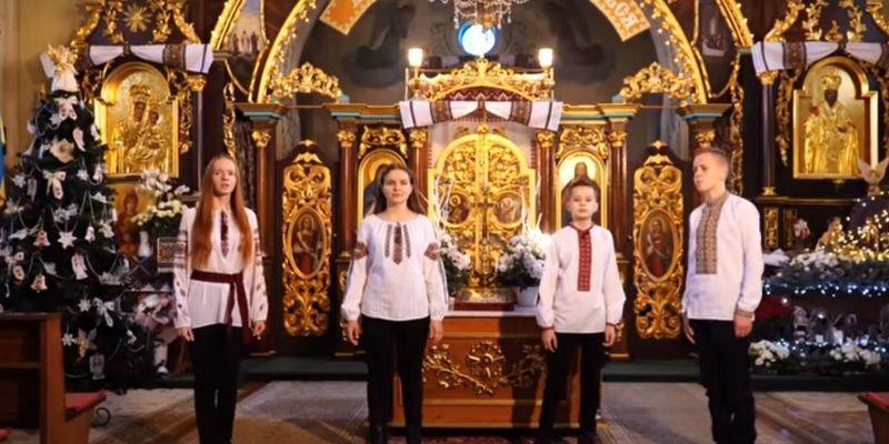 """В интернете стремительно набирает популярность """"Щедрик"""" в исполнении детей священника из Тернопольской области"""