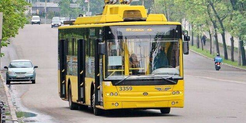 У Києві невідомі обстріляли тролейбус: фото