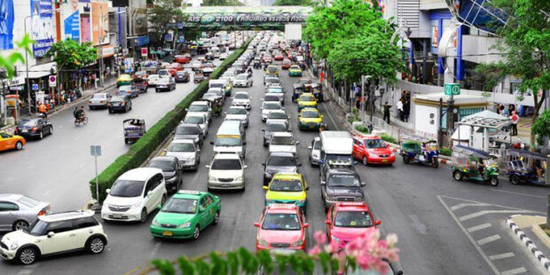 Лайфхак для власників авто: як припаркуватись і залишитись живим, жіночка показала чого не варто робити