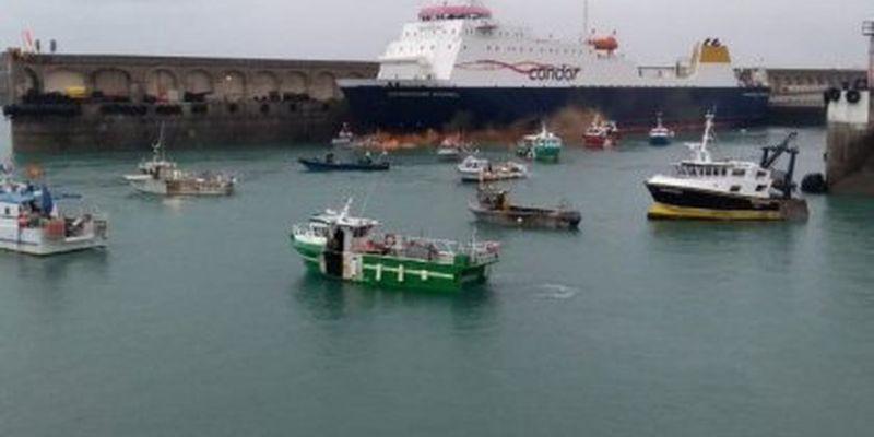 """Велика Британія направила військові кораблі до узбережжя Франції через """"рибну"""" суперечку"""