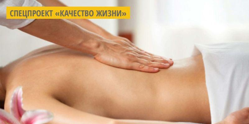 На Волыни мужчина делает массаж с помощью королевского питона