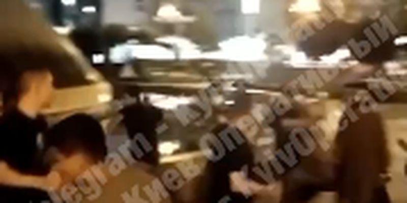 В центре Киева произошло массовое побоище с участием иностранцев: видео