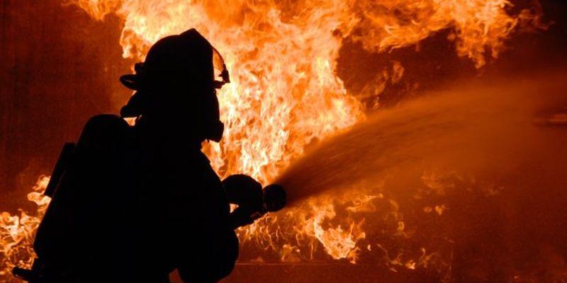 Спалахнула, як сірник: масштабна пожежа охопила розкішну яхту, люди стрибали у відкрите море