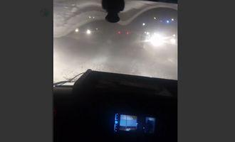 """На Россию обрушился снежный буран, сотни людей """"застряли"""" в машинах на трассе: фото и видео стихии"""