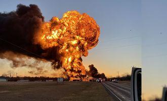 В Техасе прогремел мощный взрыв после столкновения автопоезда и состава с нефтью