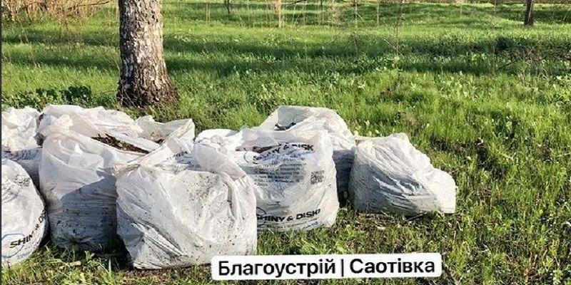 """За """"остров мусора"""" на реке под Харьковом взялись волонтеры: впечатляющие фото и видео"""