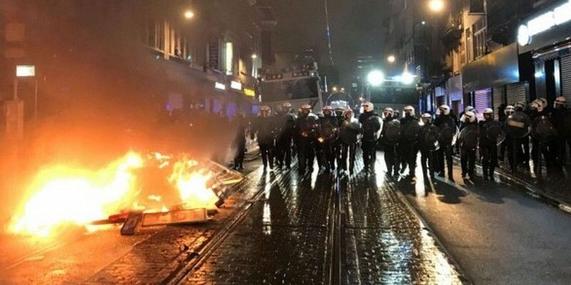 В Брюсселе из-за смерти мигранта подожгли отделение полиции. Видео