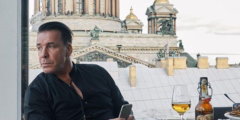 """Когда за паспортом?"" Солист Rammstein запел на русском"