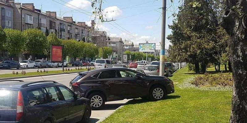 У Чернівцях розшукали і оштрафували водійку, яка припаркувалась на газоні