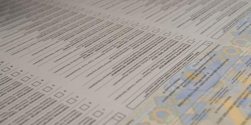 У Дніпрі зняли відео, як працівниця виборчої комісії писала у бюлетенях
