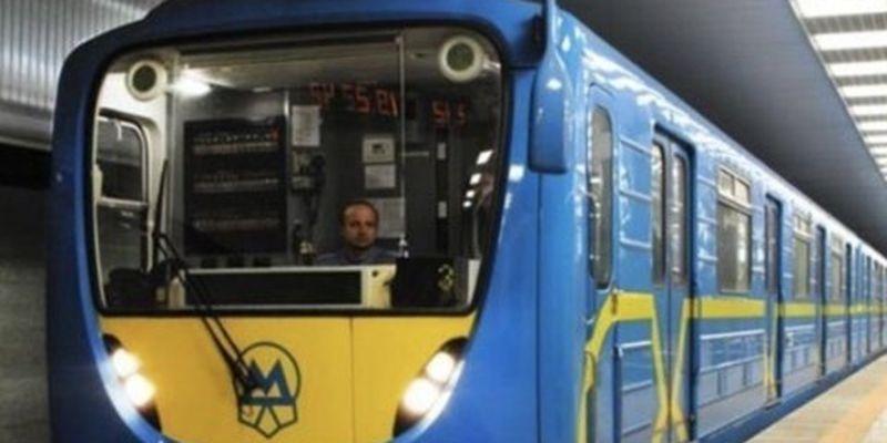 В Киеве пассажир попал под поезд метро: движение составов остановлено