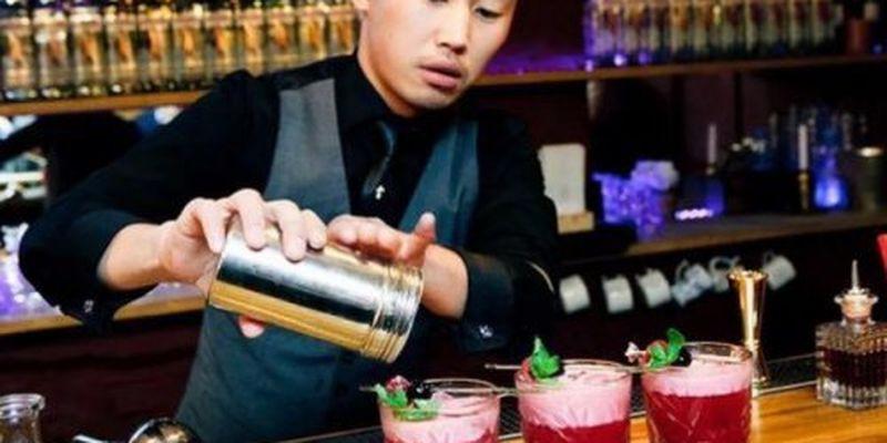 Бармен базікало дивує своїми коктейлями