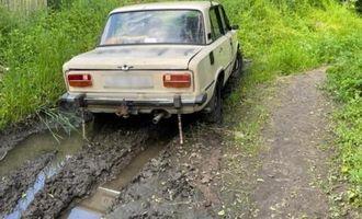 Молодой и пьяный: в Харьковской области парень угнал авто и застрял в грязи