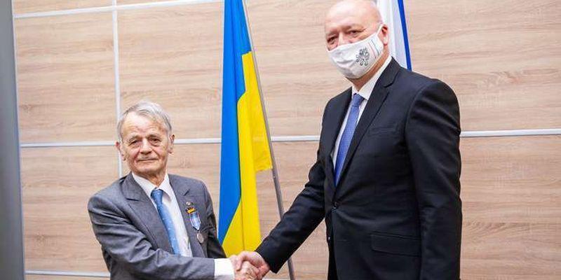 Чехія вручила медаль лідеру кримських татар Джемілєву