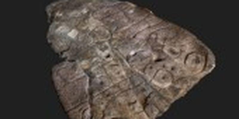 Плиту бронзовоъ доби з французького замку визнали древньої 3D-картою